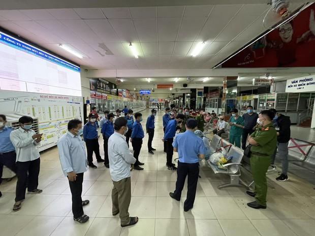 Thần tốc lấy mẫu xét nghiệm Covid-19 toàn bộ nhân viên, hành khách tại bến xe Miền Đông trong đêm 30 Tết - Ảnh 1.