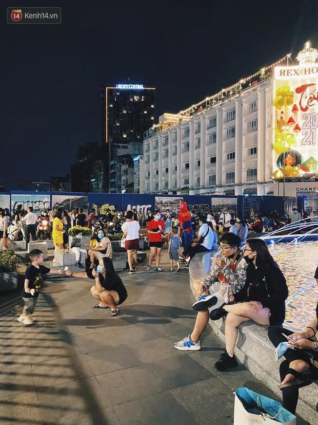 Sài Gòn đêm Giao thừa, người khôn người chẳng đến chốn countdown - Ảnh 16.