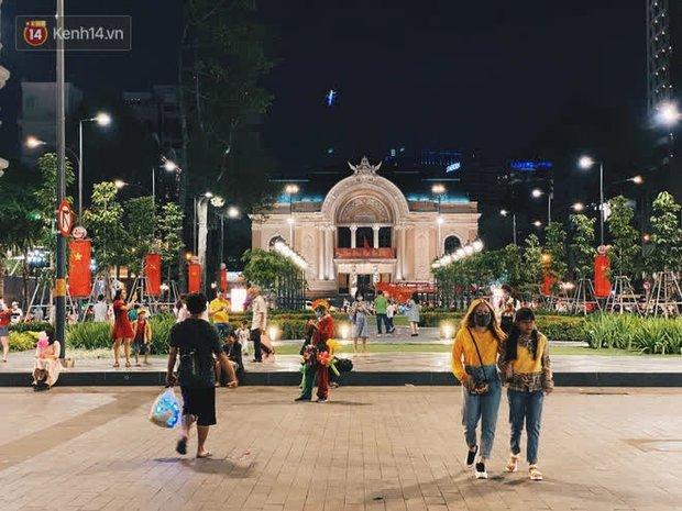 Sài Gòn đêm Giao thừa, người khôn người chẳng đến chốn countdown - Ảnh 9.