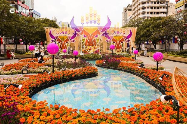 Ảnh: Đường hoa Nguyễn Huệ Sài Gòn năm nay đẹp nhức nách không sến chỉ thấy sang, lên hình góc nào cũng ảo - Ảnh 2.