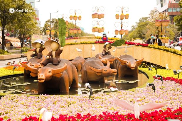 Ảnh: Đường hoa Nguyễn Huệ Sài Gòn năm nay đẹp nhức nách không sến chỉ thấy sang, lên hình góc nào cũng ảo - Ảnh 3.