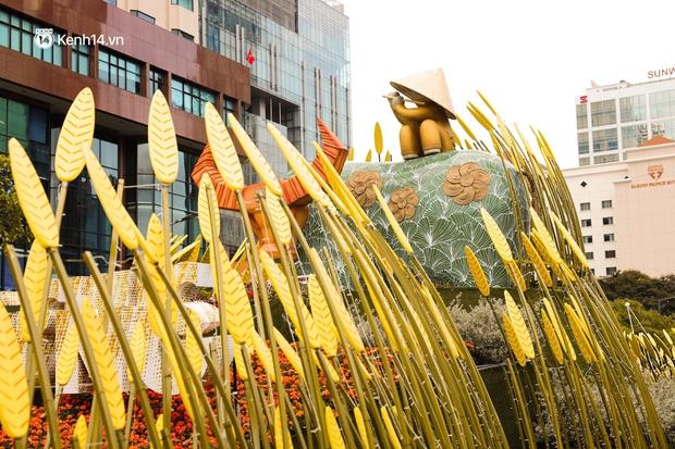 Ảnh: Đường hoa Nguyễn Huệ Sài Gòn năm nay đẹp nhức nách không sến chỉ thấy sang, lên hình góc nào cũng ảo - Ảnh 9.