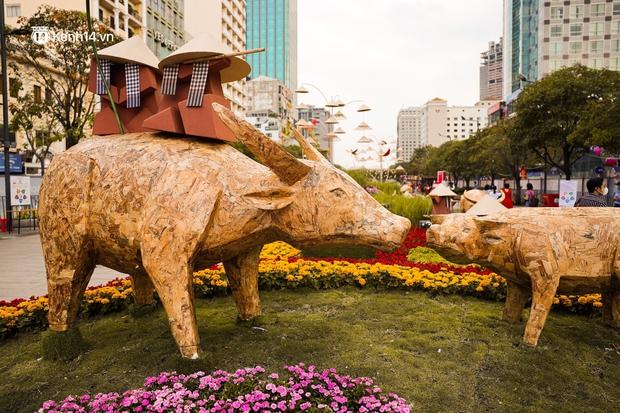 Ảnh: Đường hoa Nguyễn Huệ Sài Gòn năm nay đẹp nhức nách không sến chỉ thấy sang, lên hình góc nào cũng ảo - Ảnh 12.