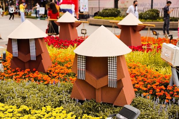 Ảnh: Đường hoa Nguyễn Huệ Sài Gòn năm nay đẹp nhức nách không sến chỉ thấy sang, lên hình góc nào cũng ảo - Ảnh 11.
