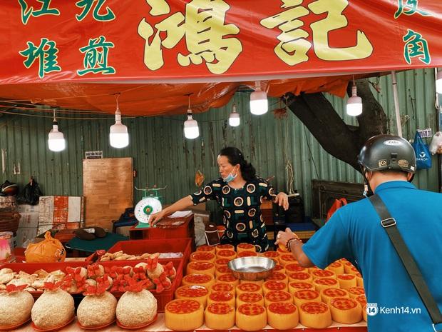 Sài Gòn 30 Tết mua sắm gì chỉ cần đi vội 2 ngôi chợ lâu đời này là đủ: Độc lạ nhất là bánh lựu cầu duyên, mua về hết ế luôn và ngay! - Ảnh 3.