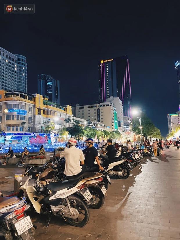 Sài Gòn đêm Giao thừa, người khôn người chẳng đến chốn countdown - Ảnh 19.