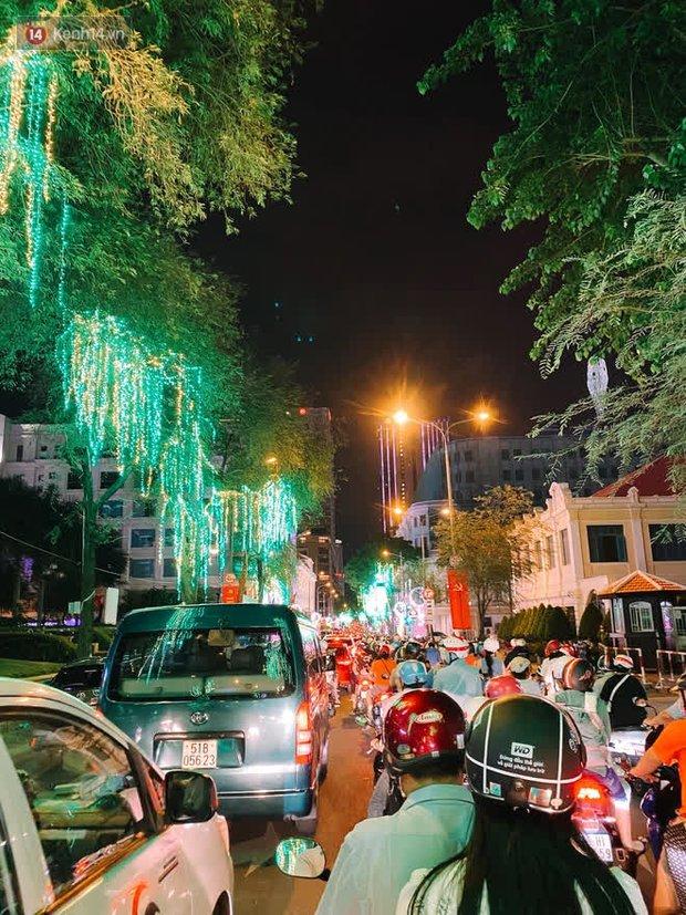 Sài Gòn đêm Giao thừa, người khôn người chẳng đến chốn countdown - Ảnh 23.