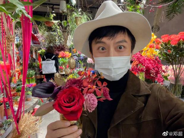 Cbiz tất bật ngày 30 Tết: Ngô Tôn khoe đội hình nhắng nhít, vợ chồng Tôn Lệ mua luôn... quà Valentine vì sợ đắt - Ảnh 2.