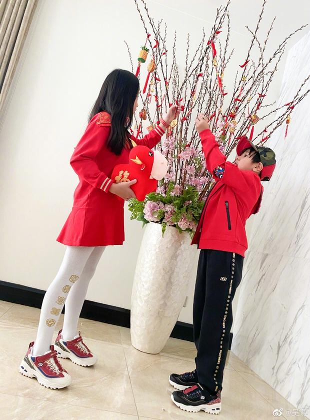 Cbiz tất bật ngày 30 Tết: Ngô Tôn khoe đội hình nhắng nhít, vợ chồng Tôn Lệ mua luôn... quà Valentine vì sợ đắt - Ảnh 4.