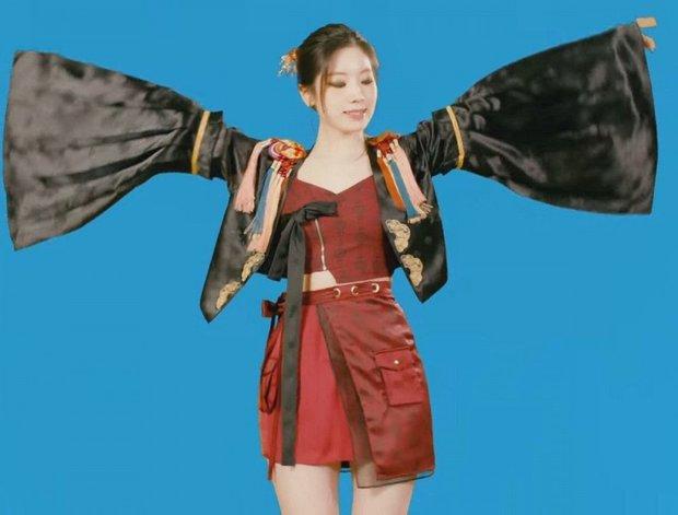 Đúng 30 Tết, JYP đăng đàn xin lỗi vì để Dahyun mặc outfit đạo nhái đồ của Jisoo - Ảnh 2.