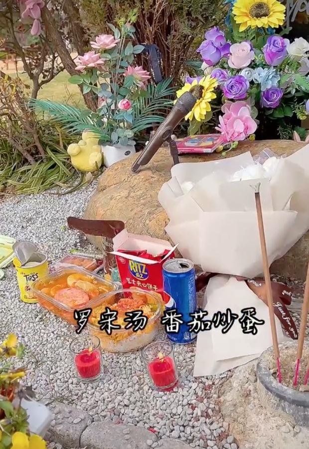 Nỗi buồn ngày Tết: Mẹ Kiều Nhậm Lương đi thăm mộ con trai, nghẹn ngào chia sẻ dòng nhắn ứa nước mắt - Ảnh 3.