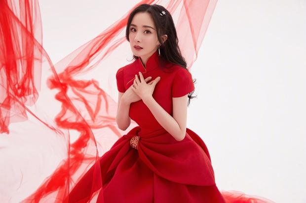 Quân đoàn sao Cbiz nhuộm đỏ Gala Xuân Vãn: Dương Mịch - Nhiệt Ba cạnh tranh nhan sắc nhưng vẫn lép vế nhân vật đặc biệt - Ảnh 2.