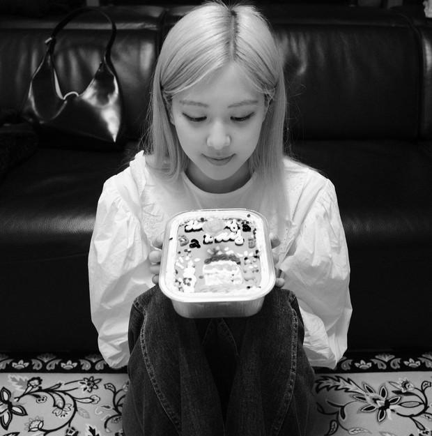 Dàn sao Hoa - Hàn nô nức mừng năm mới: Hyun Bin - BTS cực soái, Rosé mừng cả sinh nhật, vợ chồng Angela Baby có động thái khác lạ - Ảnh 10.