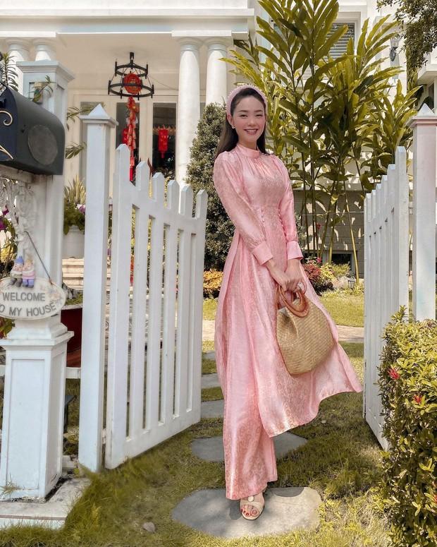 Mùng 1 sớm mai, sao Việt thi nhau diện đồng phục áo dài, riêng Tóc Tiên lại tạo net với set đồ vàng tươi - Ảnh 4.