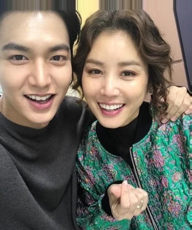 Tin hot mùng 1: Lee Min Ho đang hẹn hò mẹ Kim Tan Kim Sung Ryung, xen vào gia đình nữ diễn viên hơn anh 21 tuổi? - Ảnh 4.
