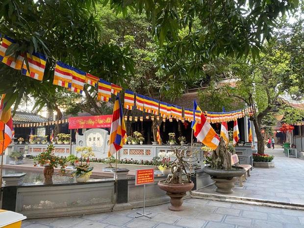 Lo ngại Covid-19, chùa Hà nổi tiếng linh thiêng đóng cửa không đón khách đầu năm - Ảnh 2.