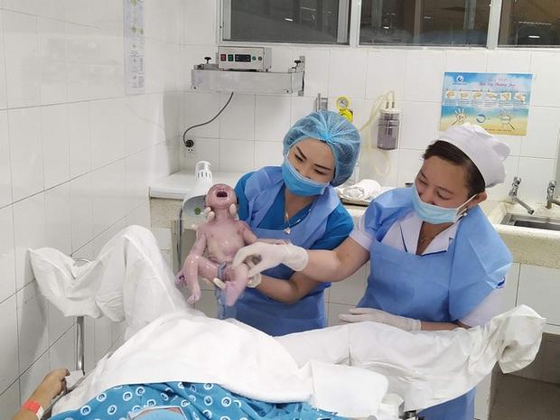 Đúng giao thừa, 5 em bé cùng cất tiếng khóc chào đời tại TP.HCM - Ảnh 3.