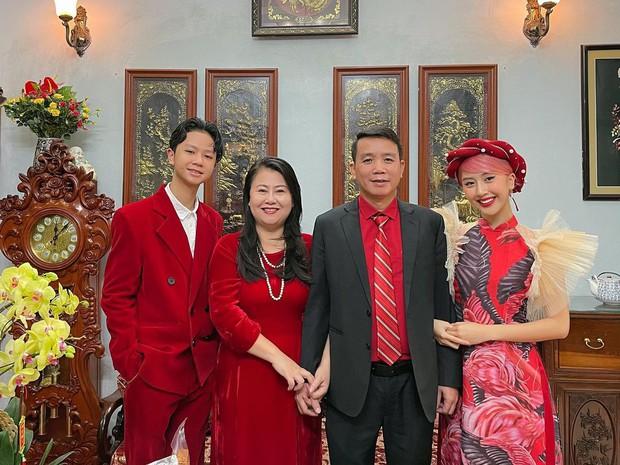 Mùng 1 sớm mai, sao Việt thi nhau diện đồng phục áo dài, riêng Tóc Tiên lại tạo net với set đồ vàng tươi - Ảnh 6.