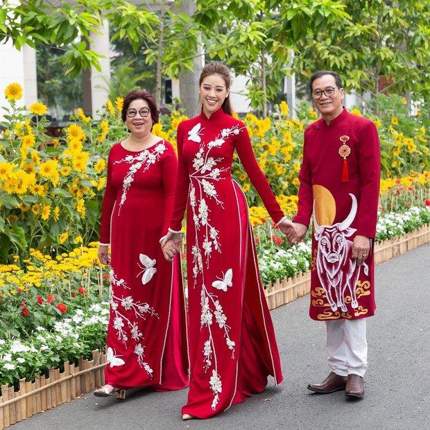 Mùng 1 sớm mai, sao Việt thi nhau diện đồng phục áo dài, riêng Tóc Tiên lại tạo net với set đồ vàng tươi - Ảnh 10.
