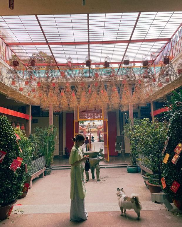 Sao Việt mặc gì đi lễ chùa đầu năm: Lệ Quyên, Angela Phương Trinh nền nã với áo dài, Sun Ht và Chi Pu lại gây tranh cãi - Ảnh 5.