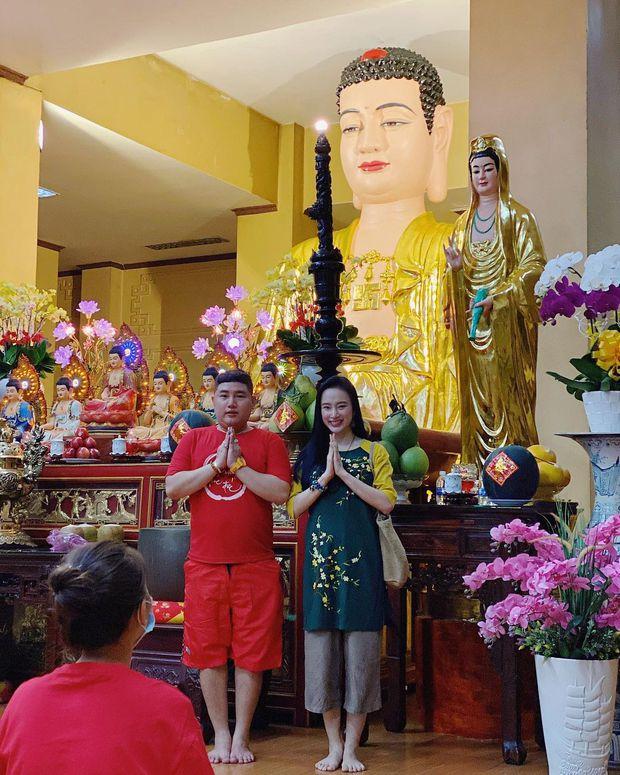 Sao Việt mặc gì đi lễ chùa đầu năm: Lệ Quyên, Angela Phương Trinh nền nã với áo dài, Sun Ht và Chi Pu lại gây tranh cãi - Ảnh 2.
