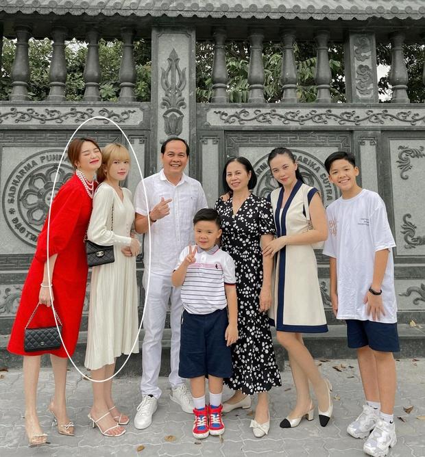 Thiều Bảo Trâm xuống phố du Xuân cùng cả gia đình, nhan sắc và thái độ đáng chú ý sau ồn ào trà xanh - Ảnh 2.