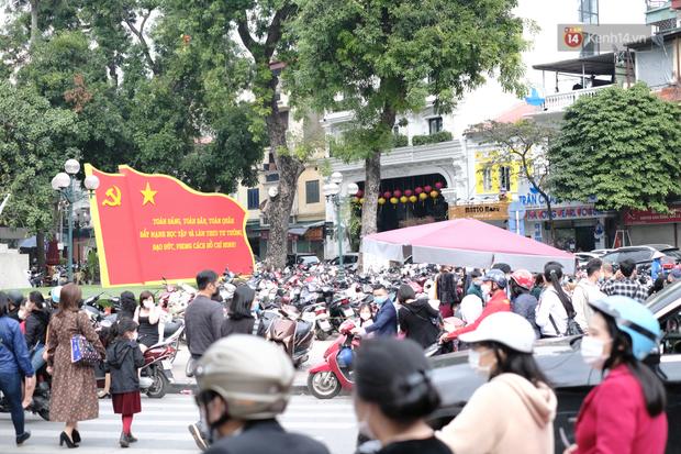 Chùm ảnh: Người dân đeo khẩu trang phòng dịch, xúng xính váy áo xuống phố dạo chơi chiều mùng 2 Tết - Ảnh 6.