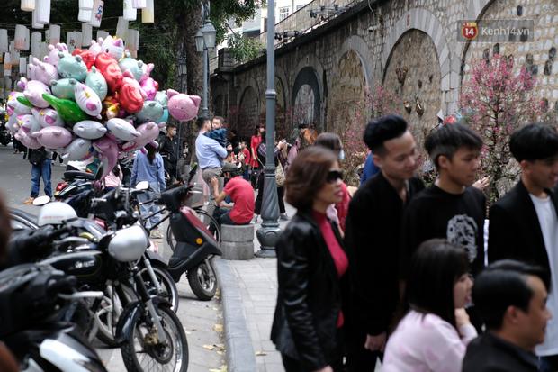 Chùm ảnh: Người dân đeo khẩu trang phòng dịch, xúng xính váy áo xuống phố dạo chơi chiều mùng 2 Tết - Ảnh 8.