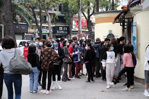 Chùm ảnh: Người dân đeo khẩu trang phòng dịch, xúng xính váy áo xuống phố dạo chơi chiều mùng 2 Tết - Ảnh 12.