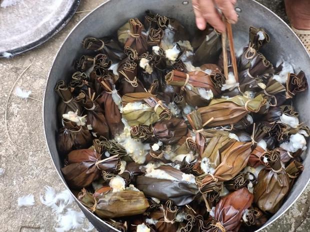 Thấy cô gái nấu món gì lạ trong nồi, dân mạng hỏi ra mới biết đây là một trong những món bánh Tết có nhiều tên gọi nhất Việt Nam - Ảnh 1.