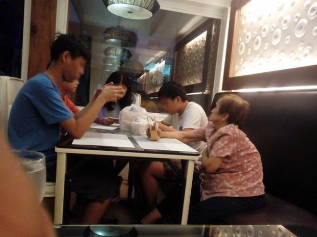 Bức ảnh cụ bà dẫn các cháu đi ăn nhân kỳ nghỉ dài nhưng lại khiến không ít dân mạng rơi nước mắt chỉ vì một chi tiết đáng suy ngẫm - Ảnh 1.