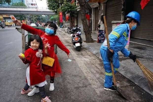 Người mẹ lao công trong bức ảnh cùng 2 con đi làm ngày mùng 1 Tết: Trẻ con thơ ngây lắm, chỉ cần được đi theo mẹ đã thích rồi - Ảnh 2.