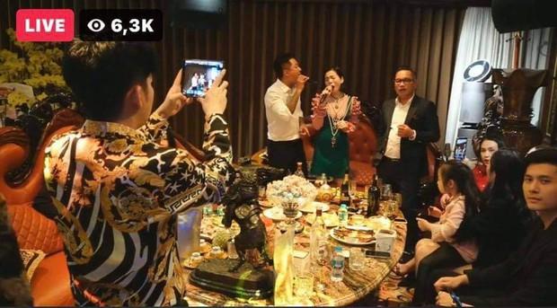 Lệ Quyên - Lâm Bảo Châu tụ họp với hội bạn sao Hà Thành đầu năm,  chiếm spotlight khi quấn quýt nhau không rời - Ảnh 5.