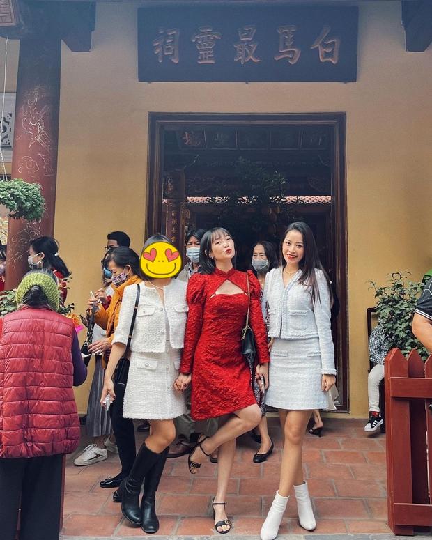 Sun Ht mặc váy khoét ngực, pose dáng xì tin xì khói khi đi chùa khiến dân mạng nhíu mày - Ảnh 1.