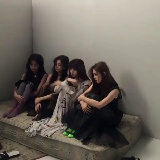 Hậu trường ảnh đẹp long lanh của mỹ nhân Kpop: BLACKPINK nổi tiếng là có lý do, kéo xuống ảnh Irene - Seulgi mà ngã ngửa - Ảnh 3.