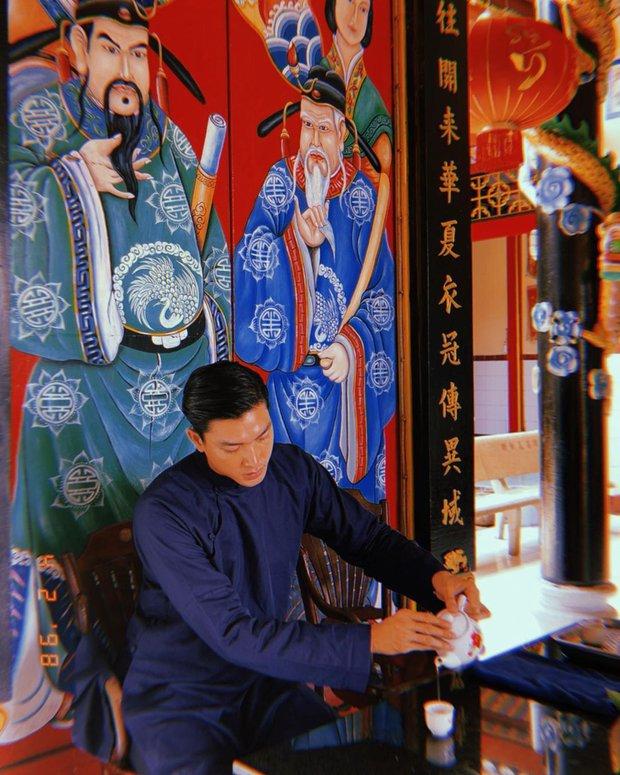 Tết Tân Sửu, hội con trai rộn ràng diện áo dài du xuân, vừa lưu giữ nét truyền thống mà trông vẫn chất lừ - Ảnh 11.