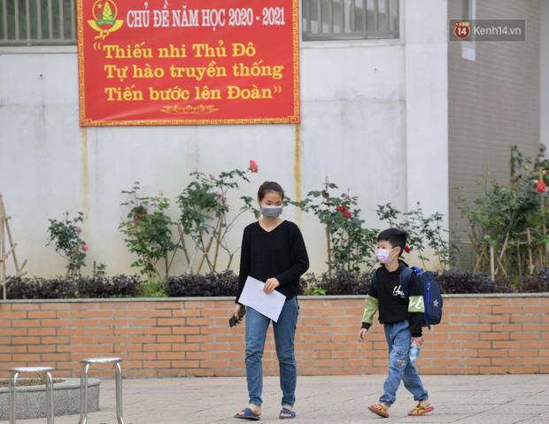 Cận cảnh gỡ rào và bỏ cách ly cho học sinh, phụ huynh cùng giáo viên Trường Tiểu học Xuân Phương - Ảnh 5.