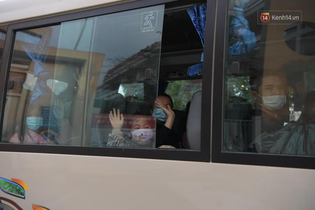 Cận cảnh gỡ rào và bỏ cách ly cho học sinh, phụ huynh cùng giáo viên Trường Tiểu học Xuân Phương - Ảnh 13.