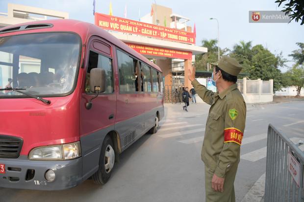 Cận cảnh gỡ rào và bỏ cách ly cho học sinh, phụ huynh cùng giáo viên Trường Tiểu học Xuân Phương - Ảnh 9.