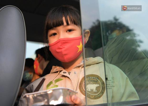 Cận cảnh gỡ rào và bỏ cách ly cho học sinh, phụ huynh cùng giáo viên Trường Tiểu học Xuân Phương - Ảnh 14.