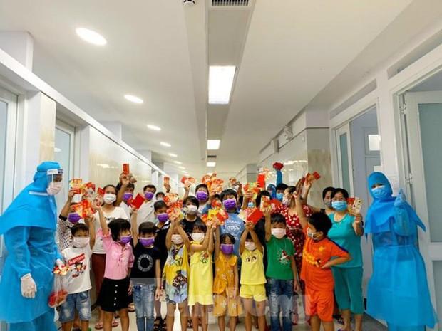 Hơn 100 trẻ em rời khu cách ly ở Bình Dương về nhà ngày mùng 3 Tết - Ảnh 4.
