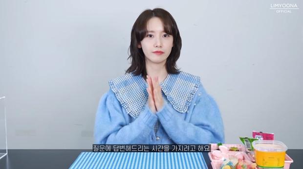 """Đụng áo cardigan 57 triệu đồng: Yoona """"bánh bèo"""" khi mix váy, Sooyoung đơn giản mà trẻ trung - Ảnh 2."""
