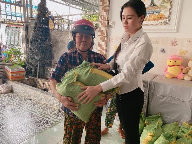 Vợ tổ chức lễ cúng 49 ngày cho cố NS Vân Quang Long, xót xa hình ảnh con thơ mặc áo tang ngơ ngác bên mẹ - Ảnh 5.