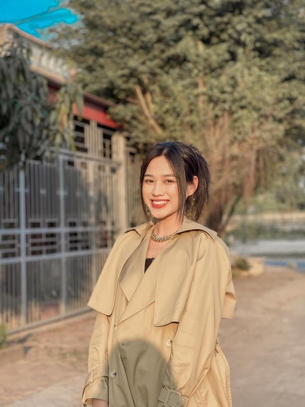 Về thăm thầy chủ nhiệm ngày Tết, Hoa hậu Đỗ Thị Hà nhận cơn mưa lời khen, nhan sắc thăng hạng trông thấy! - Ảnh 1.