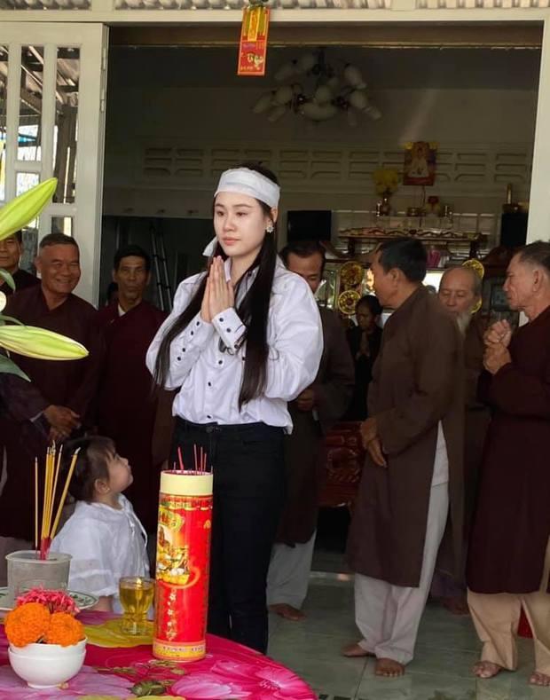 Vợ tổ chức lễ cúng 49 ngày cho cố NS Vân Quang Long, xót xa hình ảnh con thơ mặc áo tang ngơ ngác bên mẹ - Ảnh 3.