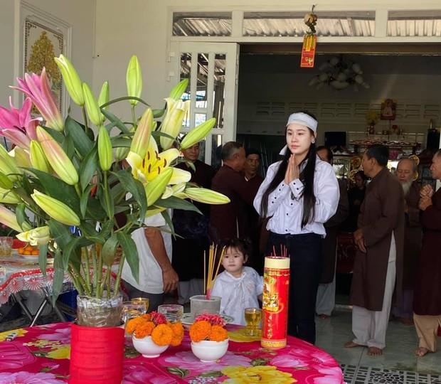 Vợ tổ chức lễ cúng 49 ngày cho cố NS Vân Quang Long, xót xa hình ảnh con thơ mặc áo tang ngơ ngác bên mẹ - Ảnh 2.