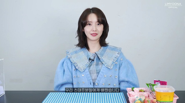 """Đụng áo cardigan 57 triệu đồng: Yoona """"bánh bèo"""" khi mix váy, Sooyoung đơn giản mà trẻ trung - Ảnh 1."""