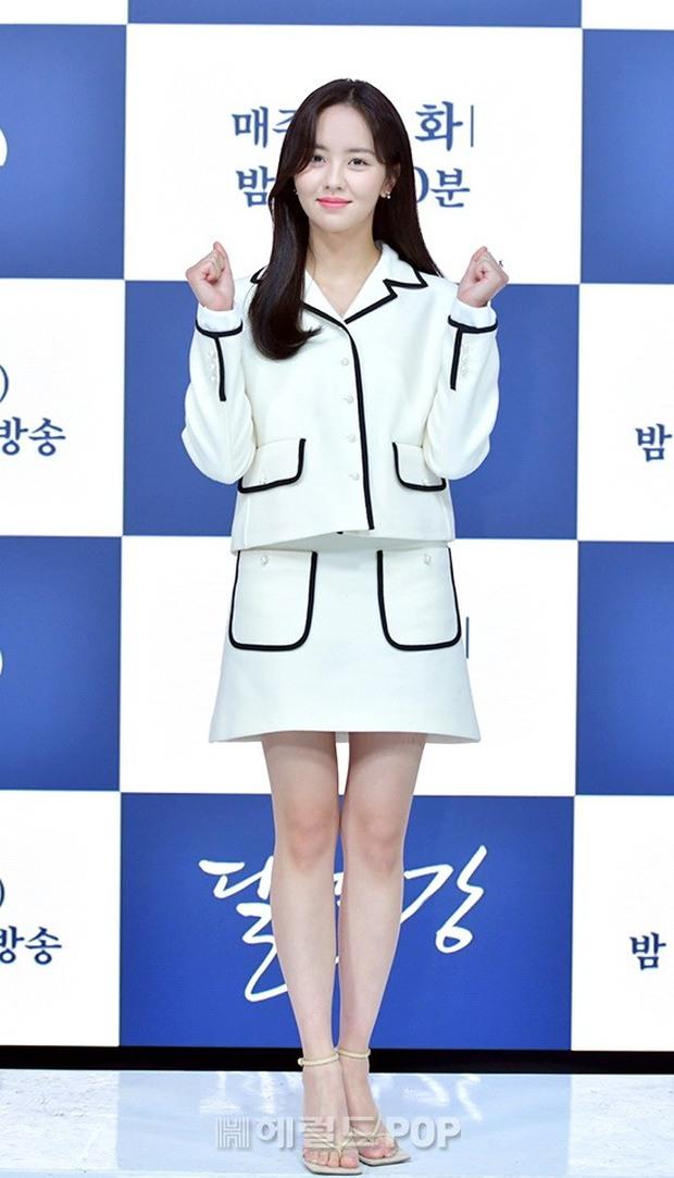 Sự kiện hot nhất hôm nay: Sao nhí Kim So Hyun xinh ngất ngây khoe chân dài trắng nõn, tài tử Moon Lovers diện đồ dìm khó hiểu - Ảnh 4.