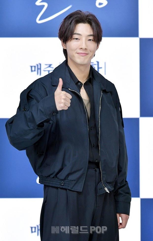 Sự kiện hot nhất hôm nay: Sao nhí Kim So Hyun xinh ngất ngây khoe chân dài trắng nõn, tài tử Moon Lovers diện đồ dìm khó hiểu - Ảnh 5.