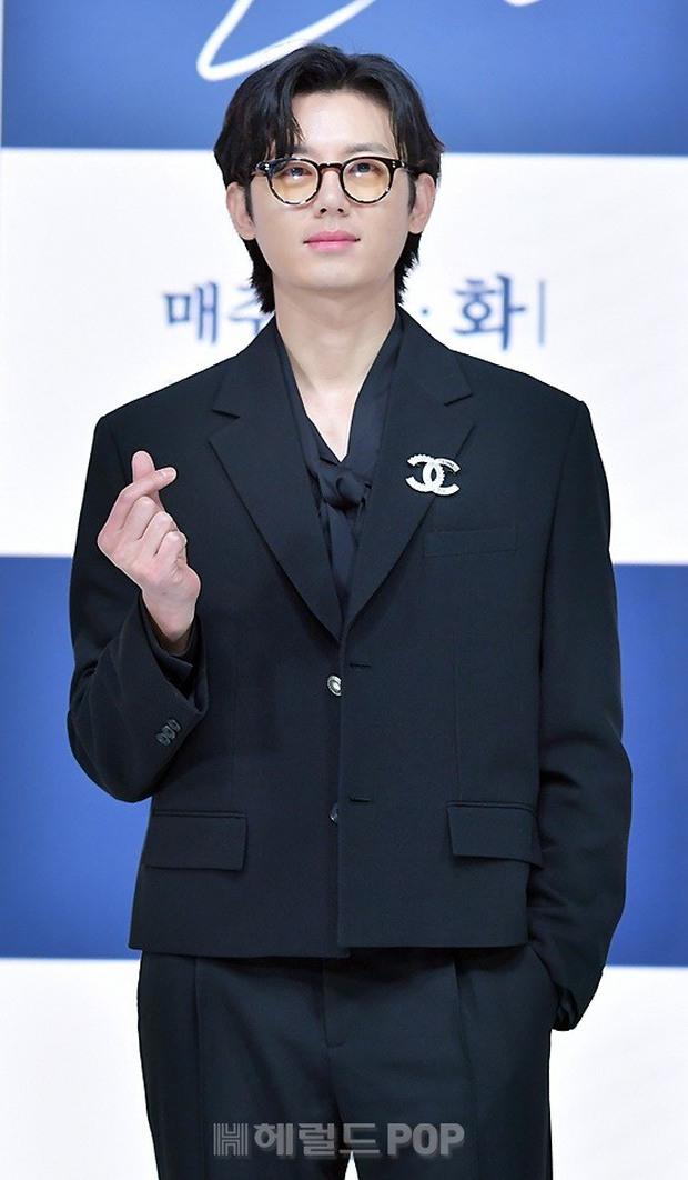 Sự kiện hot nhất hôm nay: Sao nhí Kim So Hyun xinh ngất ngây khoe chân dài trắng nõn, tài tử Moon Lovers diện đồ dìm khó hiểu - Ảnh 9.